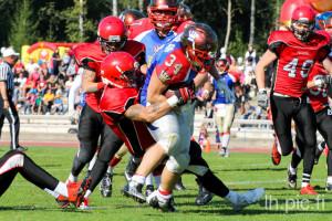 Falconsin puolustuksella riitti töitä Royalsin vahvan juoksupelin pysäyttämisessä