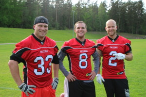 RB Tuukka Hietamäki, QB Robbie Matey ja DB Aleksi Kaitera treenien jälkeen